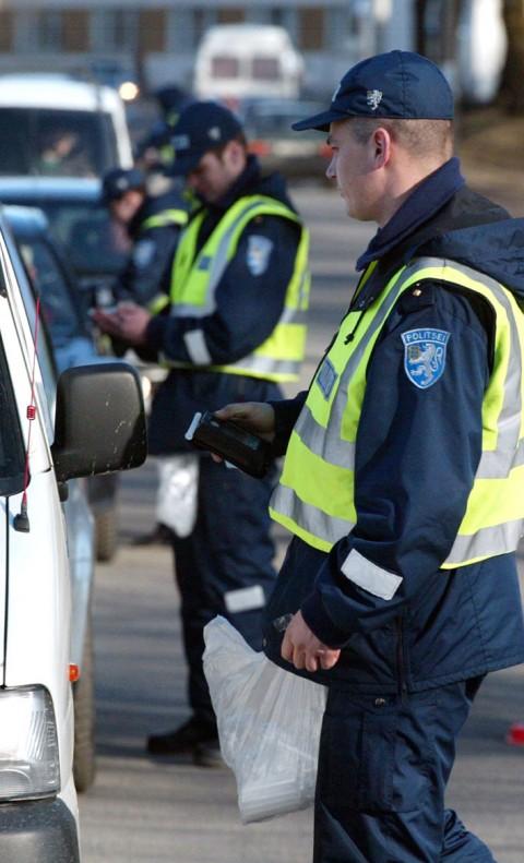 Reididel tabatud roolijoodikud peavad arvestama, et mitmendat korda vahele jäädes võivad nad ka autost ilma jääda. Foto: Tairo Lutter