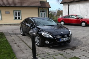 Maavanema uus ametiauto on musta karva Peugeot 508. Foto: Arvo Tarmula