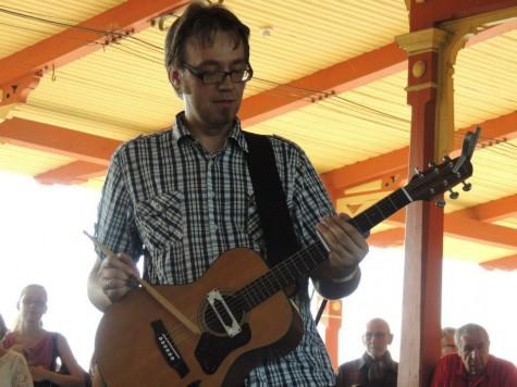 Andres Roots tõestas Augustibluusil raudteejaama kontsertil, et vahest võib sõrmede asemel kitarri mängida ka trummipulgaga. Foto: Kadri Tiisel