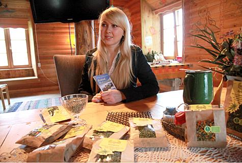 Karin Kuusemaa (pildil) sõnul kasvataks ja valmistaks tema vanemate talu kindlasti praegusest enam mahetooteid, kui oleks soodne võimalus kauba turustamiseks. Praegu on Kuusemaade Tammejuure talu nišiks kanepitooted — kanepitee, kanepiõli ja kanepiseemned. Foto: Arvo Tarmula