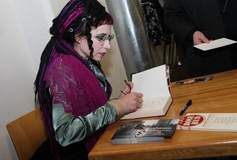 Läänemaa juurtega kirjanik Sofi Oksanen sai läänlastelt kingiks lilla Haapsalu salli, mida ta ei võtnud õlgadelt ka autogramme jagades. Foto: Arvo Tarmula