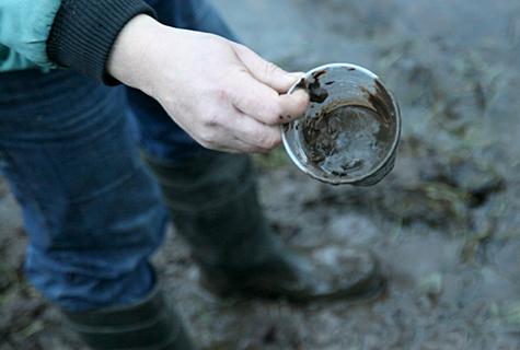 Turbatööstuse lähistel mudane kaev