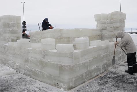 Mullu ehitatud Virtsu muinaslinnuse jääst koopia oli originaalist seitse korda väiksem, aga siiski 5 meetrit lai ja 2,5 meetrit kõrge. Foto: Peeter Vissak