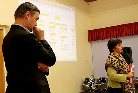 Risti vallavolikogu esimehe Andres Liiva (vasakul) õlul on olnud kõigi viie rahvakoosoleku juhtimine. Oru abivallavanema ja ühinemisprotsessi sotsiaalvaldkonna töörühma vedanud Varje Paaliste on kindel, et igasse teeninduspunkti peab jääma sotsiaaltöötaja. Foto: Katrin Pärnpuu