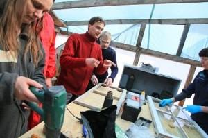 Meister Kalle Kase (keskel) õpetas mullu Haapsalus Pärandiralli raames kahe päeva jooksul vanu aknaid korrastama. Foto: Arvo Tarmula