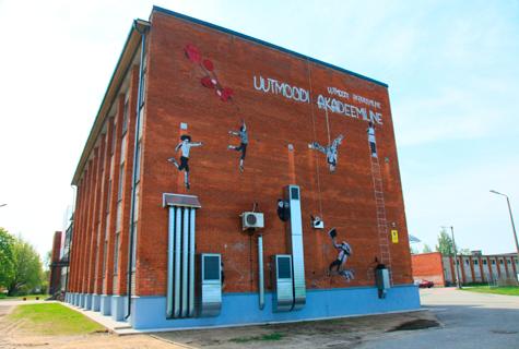 """Eile avati Tallinna ülikooli Haapsalu kolledži otsaseinal üliõpilaste tehtud grafiti Tallinna ülikooli uue tunnuslausega """"Uutmoodi akadeemiline"""". Seina kaunistamiseks korraldatud kavandikonkursi võitis käsitöötehnoloogiate ja disaini eriala II kursuse üliõpilane Marju Rajasalu, grafiti teostasid üliõpilased ise ilma professionaalide abita, ütles kooli arendusjuht Liina Põld. Grafiti avamine lükkas hoo sisse kolledži 15. sünnipäeva nädalale."""