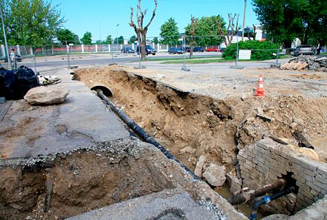 Arvatavasti järgmise nädala alguses kaevatakse staadioni juures läbi ka Lihula maantee. Kõiki riske arvestades  ei peaks tee olema suletud kauem kui 24 tundi või vähem. Foto: Arvo Tarmula