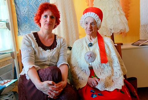 Sallimuuseumi eestvedaja Aide Leit–Lepmets ja sallikudujate raudvara Linda Elgas, taustaks Kristina Viirpalu Haapsalu pitsiline kleit. Foto: Arvo Tarmula