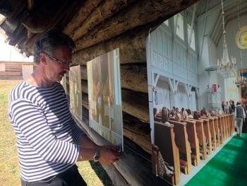 Arvo Tarmula näituse ülespanek Korsi talu õuel