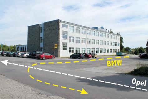 Kui Ehitajate tee oleks peatee, oleks sõidueesõigus Opeli juhil. Kui tegemist oleks samaliigiliste teede ristmikuga, oleks parema käe reegli järgi eesõigus BMW juhil, kelle parem käsi on vaba. Liiklusmärgid aga puuduvad. Foto: Katrin Pärnpuu, graafika: Lauri Oja