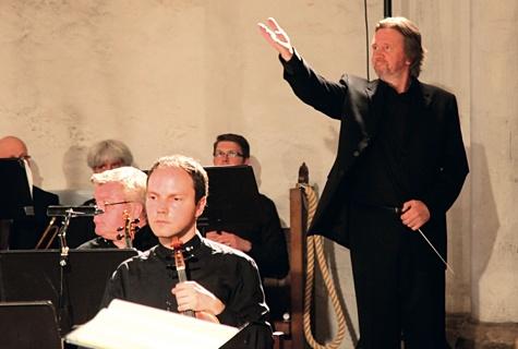 Toomas SiitanFestivali lõppkontserdi finaal: publik tänab esinejaid pika südamliku aplausiga, dirigent Toomas Siitan jagab au esinejatega. Foto: Arvo Tarmula