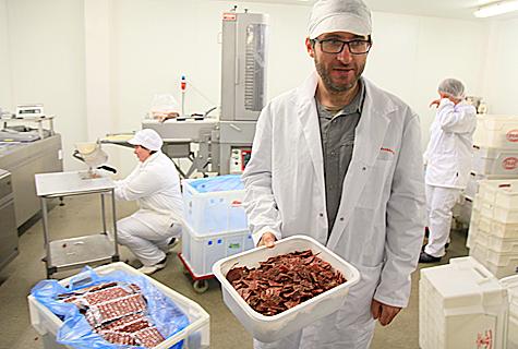Linpet ASi juhataja Magnus Rüütel näitab kuivatatud liha, mis ootab pakendamist, et varsti turule jõuda.  Foto: Arvo Tarmula