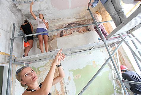 Kunstiakadeemia restaureermisõppejõu Hilkka Hiiopi (all) käe all puhastasid tudengid seinamaalinguid. Foto: Arvo Tarmula