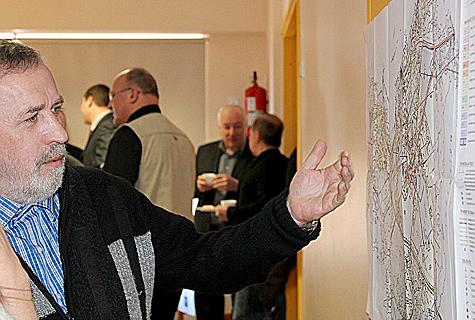 Esimest korda tuli Virtsu tööstuspargi idee jutuks märtsis Virtsus peetud Virtsu–Lihula ettevõtluspäeval. Pildil näitab Virtsu arenguseltsi liige Aimar Roomets planeeritava tööstuspargi asukohta. Foto: Katrin Pärnpuu