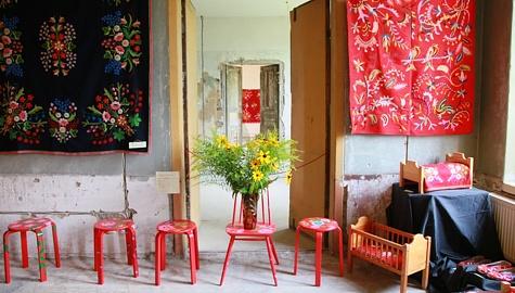 Käsitööhuviliste seas hinnatud Lihula lilltikandi festivalil püüdsid tänavu pilku lilltikandi ainetel maalitud taburetid. Foto: Arvo Tarmula
