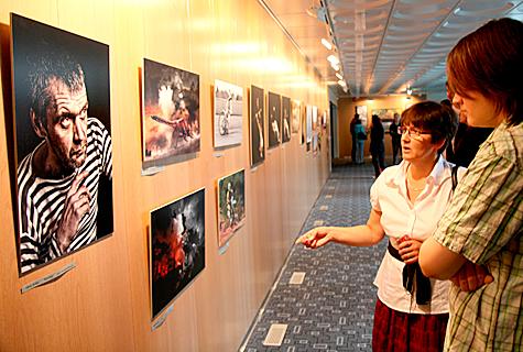 Laupäeval avasid Haapsalu fotoklubisse koondunud fotograafiahuvilised kultuurikeskuse fuajees oma ülevaatenäituse, kus on üle 70 töö rohkem kui 20 autorilt. Foto: Arvo Tarmula