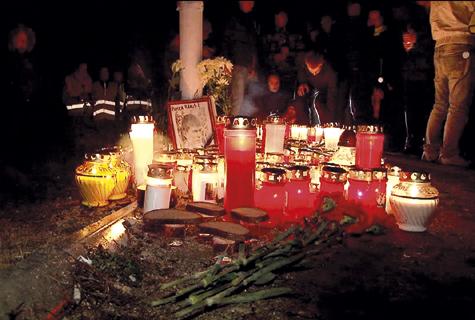Laupäeva õhtul kogunesid sajad inimesed õnnetuspaika küünlaid, lilli ja mälestusesemeid asetama. Foto: repro