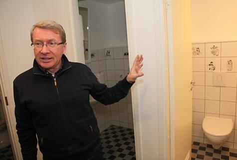 Anton Pärn juhtis tähelepanu tualettruumi kahhelkividele, kus on kujutatud Ilon Wiklandi loomingu motiive. Foto: Arvo Tarmula