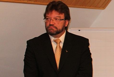 Deiw Rahumägi lubas end lähiajal Nõvale sisse kirjutada, et valla maksutulu kasvatada. Foto: Katrin Pärnpuu
