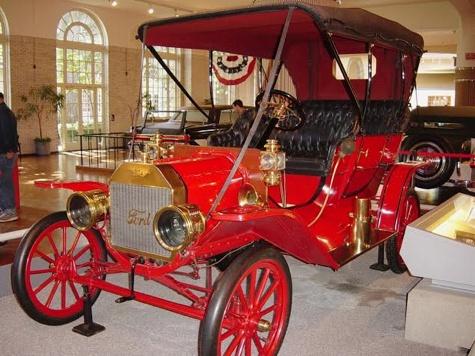 Pankrotis Detroiti ümbruse tuntumaid huviväärsusi on Henry Fordi muuseum. Peale Fordi ja autotööstuse ajaloo saab seal lühiülevaate kogu Ameerika tööstusrevolutsiooni saavutustest. Pildil üks Fordi algusaja kuulsamaid autosid Ford T, esimene auto, mida rahvas osta jaksas ja mis Ameerika ratastele pani. Toodeti eri mudeleina 1908–27. Foto: Margus Välja