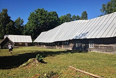 Praegu ajutise katusega Korsi pikkmaja on ainus tervenisti säilinud ruhnurootsi rehielamu. Pikkmaja iseloomulikuks tunnuseks on keskel kaarduv küür. Foto: Riina Tobias