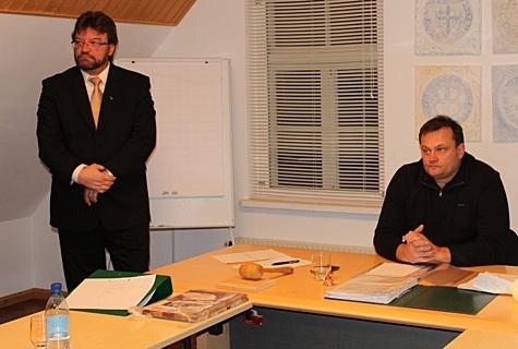 Nõva vallavolikogu eesotsas esimehe Peeter Kallasega (paremal) valis täna uueks vallavanemaks Deiw Rahumägi (vasakul). Foto: Katrin Pärnpuu