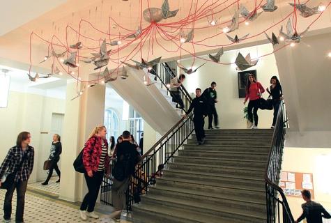 Läänemaa ühisgümnaasiumi fuajeed ehib kunstiteos, moodne valgusti, mille autor on skulptor Edith Karlson. Foto: 2× Arvo Tarmula