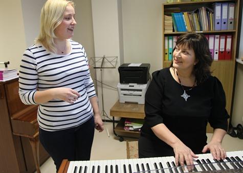Anne Pääsuke (paremal) harjutab esmaspäeviti laulmist koos oma õpilase Maria Võrklaevaga. Foto: Arvo Tarmula