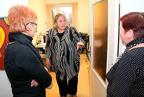 Vikerkaare lasteaia direktor Vivian Hallik jagas eile lasteaiakasvatajaile kätte töögraafikud ja kogus allkirju uuele töökorraldusele. Foto: Arvo Tarmula