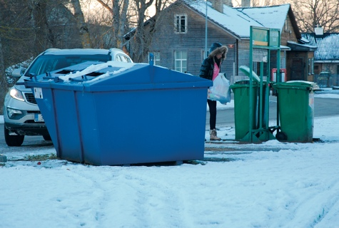 Üleeile pärastlõunal tabas fotograaf juhuslikult Haapsalus Vee tänava sorteerimiskonteinerite juures linnakodaniku, kes tõstis ohtlike jäätmete kastidesse mitu kotti olmeprügi. Foto: Lääne Elu