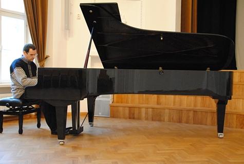 Pianist Jüri Ilves hindab pilli kõla helgeks ja selgeks. Foto: Helen Viispert