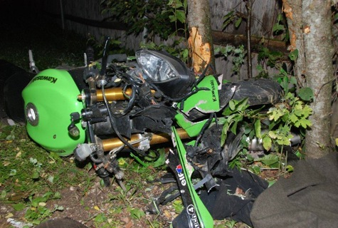 Lihulas vastu puud ja planku sõitnud mootorrattur hukkus sündmuskohal. Foto: erakogu