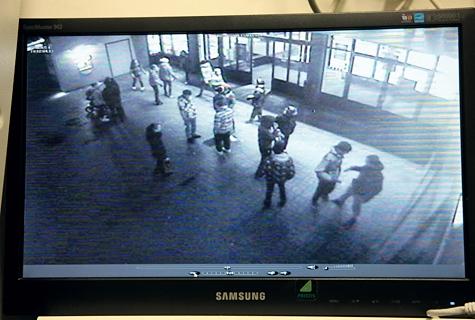 Turvakaamera videopildilt on hästi näha, kuidas Haapsalu kaubamaja fuajee on täitnud sihitult seisvad teismelised, kellest igapäevastel poekülastajatel on keeruline mööda pääseda. 2× Arvo Tarmula