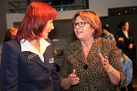 Europarlamendi liige, naisliidu juht Siiri Oviir (paremal), kodutütarde peavanem Angelika Naris. Foto: Arvo Tarmula