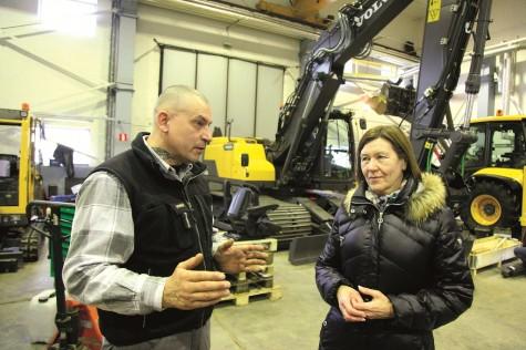 Sweconi mehaaniku Andrus Nõupuu ja juhataja Elna Siimbergi põhitöö on hiiglaslike traktorite, teerullide, ekskavaatorite ja teerullide müük ja hooldus.  Foto: Arvo Tarmula