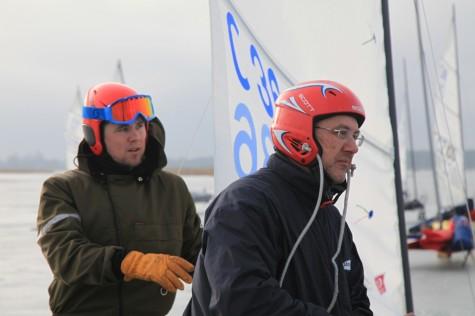 Vaiko (paremalt) ja Vaiko Vooremaa täna hommikul enne võistlust Vasikaholmil kelke sõidukorda seadmas. Foto: Arvo Tarmula