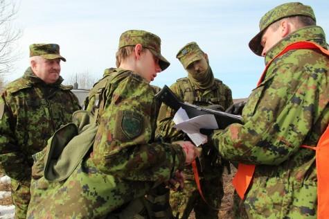 """Kaitseliidu Lääne maleva pealik major Arnold Juhans (vasakul) mullu aprillis toimunud patrullvõistlusel """"Valge laev"""". Foto: Urmas Lauri"""