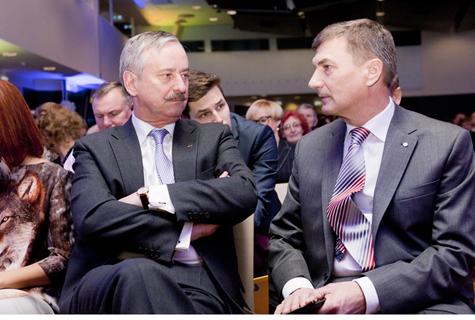 Reformierakonna auesimees Siim Kallas (paremal) ja lahkuv peaminister Andrus Ansip pühapäeval erakonna üldkogul. Foto: Helen Kattai