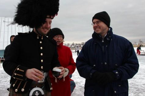 Torupillimängija Philip Barlow ja Briti suursaadik Christopher Holtby (paremal) urmas lauri