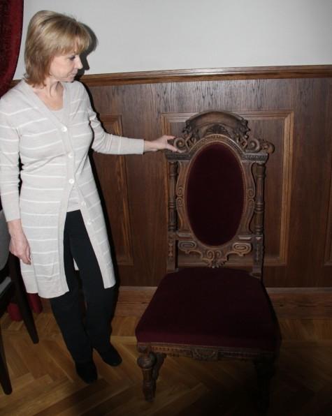 Tiina Reivik kanalast päästetud tooliga, ühega vähestest mööblitükkidest, mis ka päriselt kunagi lossis on olnud