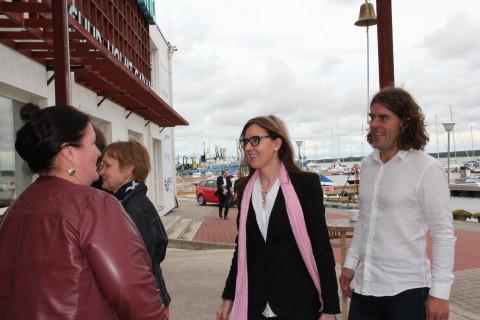 Maavanema kt Kristel Jupits tervitamas Eesti aukonsulit Kuopios Tuija Päivi Keinoneni kaaslasega