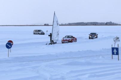 Porsche ja jääpurjekas Noarootsi jääteel (ARVO TARMULA) (1)