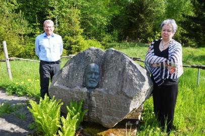 Anton Pärn Ja Eha Nõmm Eiseni kivi juures