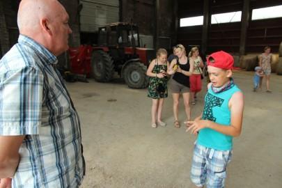 Koolilapsed Leediküla lehmalaudas 130