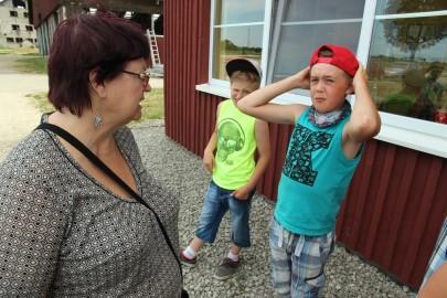 Koolilapsed Leediküla lehmalaudas 181