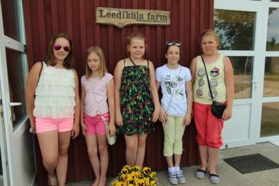 Koolilapsed Leediküla lehmalaudas 222