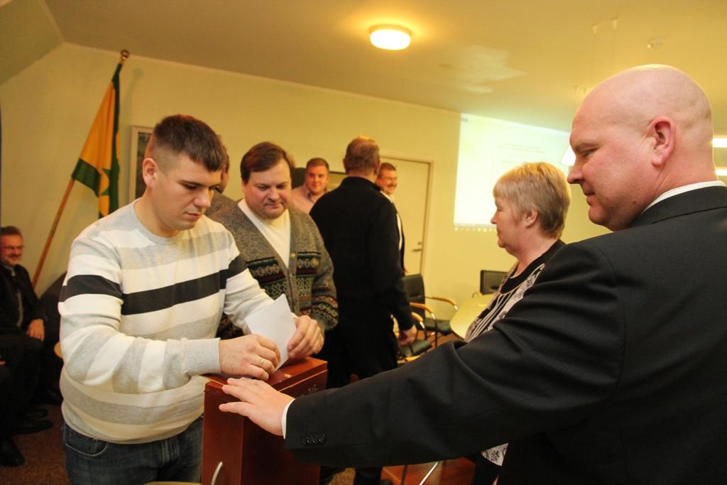 Jaanus Ratas (vasakul) Kullamaa volikogus hääletamas (urmas lauri)
