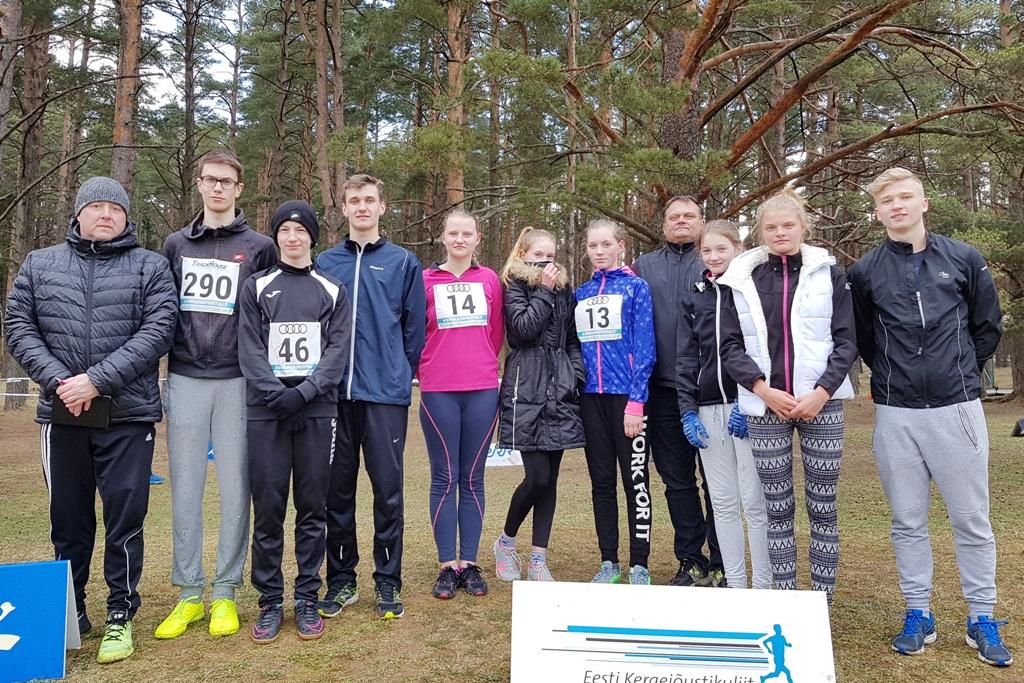 Ühispilt kõik Läänemaa sportlased tänasel võistlusel. Pildil ka juhendajad Jaanus Getreu ja Peeter Kallas. (krismar liiv)