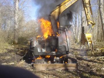 põlenud ekskavaator Petaaluse külas