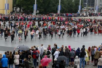 Tantsupidu Vabaduse väljakul Foto Peeter Langovits24
